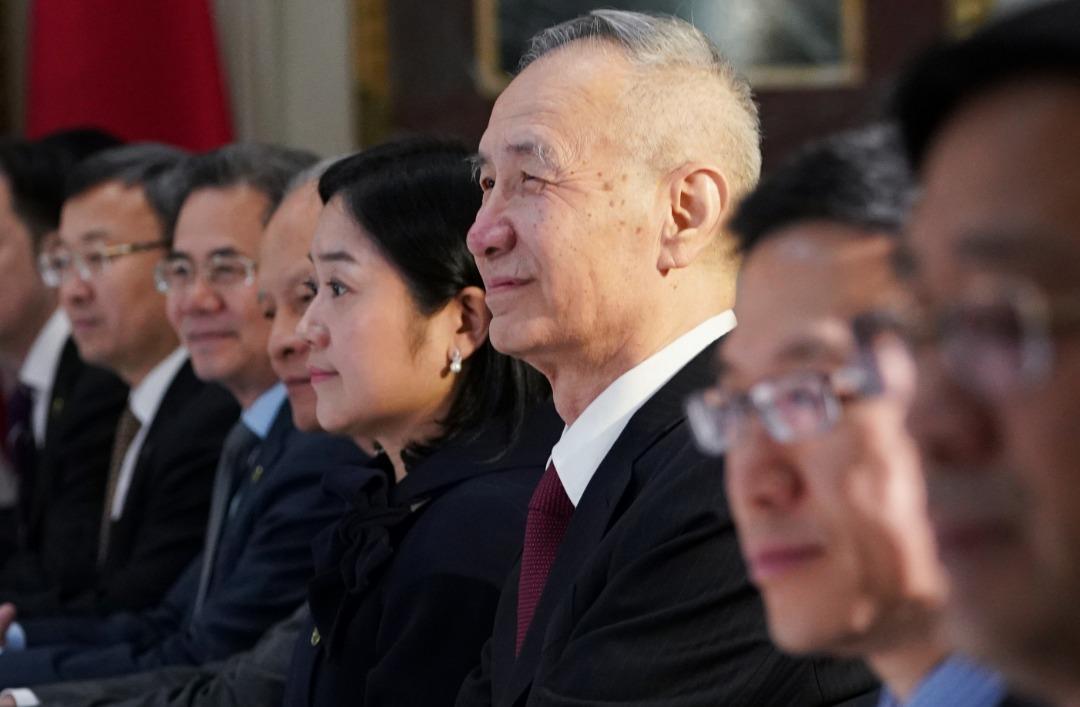 """中国副总理刘鹤(右3)会在周四赴美就经贸问题进行第11轮磋商,但由于他此次并不领着""""习近平特使""""的衔头,代表双方可能没有重大决策。图为他今年2月在华盛顿参与贸易谈判的档案照。"""